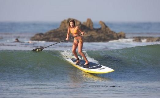 Le paddleboard ou planche à bras1 est un sport qui se pratique en mer et qui consiste à utiliser une planche spécialement conçue pour ramer et se déplacer en utilisant les bras, en position à plat ventre ou à genoux (Photo d'illustration)