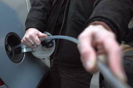 Selon les policiers, les voleurs s'apprêtaient à siphonner le réservoir d'un camion avant d'être mis en fuite (Photo d'illustration)