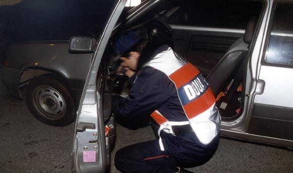 En fouillant la Peugeot, les douaniers ont découvert 30 savonnettes de résine de cannabis (Photo d'illustration)