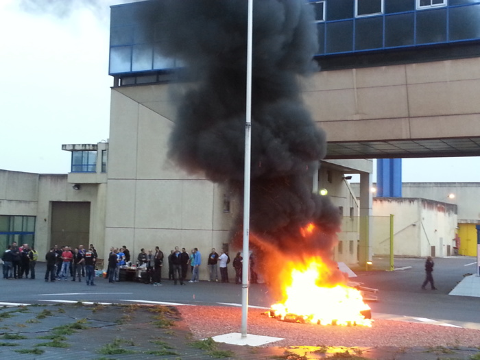 Une cinquantaine de surveillants a répondu ce vendredi matin à partir de 6h30 à l'appel des trois syndicats. Des palettes de bois et des pneus ont été brûlés devant l'en trée du cen tyre de détention (Photo DR)