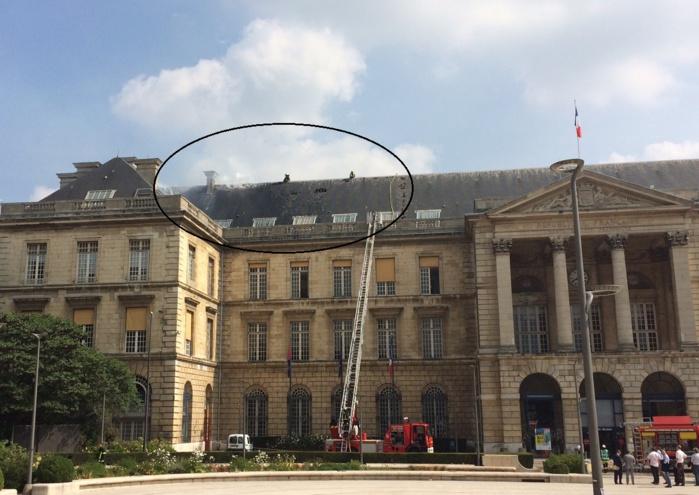 Le feu se serait déclaré dans les combles de l'aile nord de la mairie