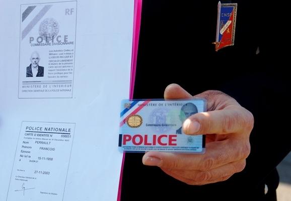 Les policiers sont munis d'une carte professionnelle infalsifiable (Photo d'illustration)