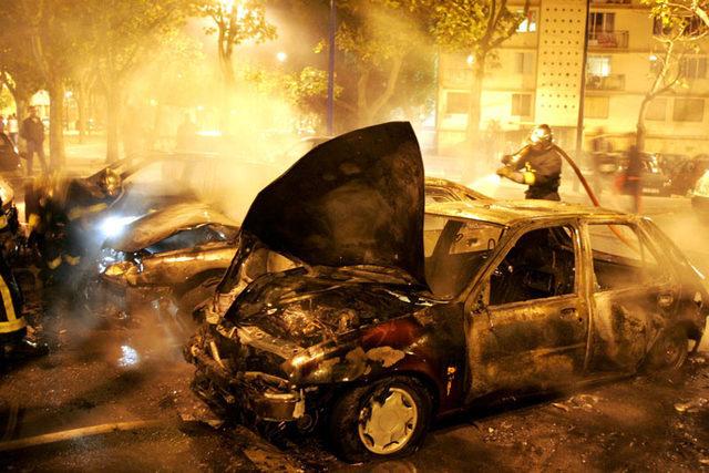 Les pompiers sont intervenus une quinzaine de fois dimanche matin entre 4h30 et 7h pour des feux de voitures à Rouen et Petit-Quevilly (Photo d'illustration)