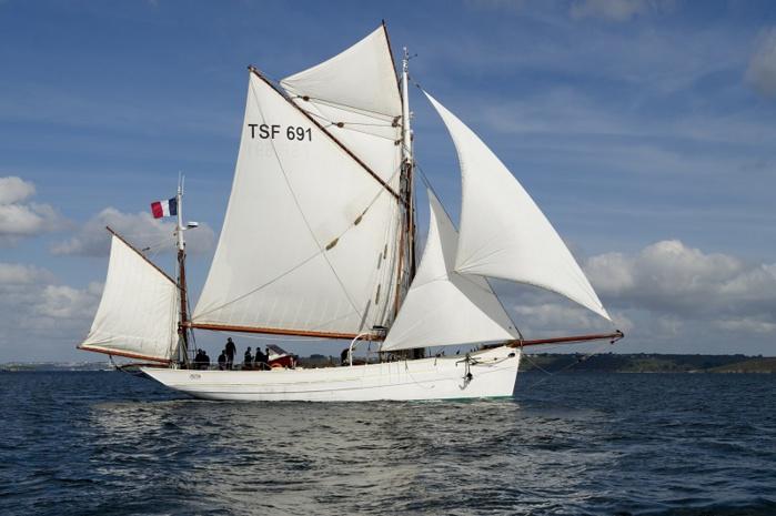 Le Mutin est la plus ancienne unité navigante de la Marine nationale. Il a été lancé le 18 mars 1927 aux Sables-d'Olonne. C'est un dundee construit en 1926 sur le modèle des thoniers à voile par les Chantiers Florimond-Guignardeau (Photo Marine nationale)