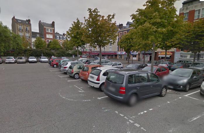 Les deux jeunes gens traversaient la place Danton, en centre-ville du Havre, lorsqu'ils ont été encerclés par un groupe d'inconnus qui en voulaient à leur enceinte (@Google Maps)