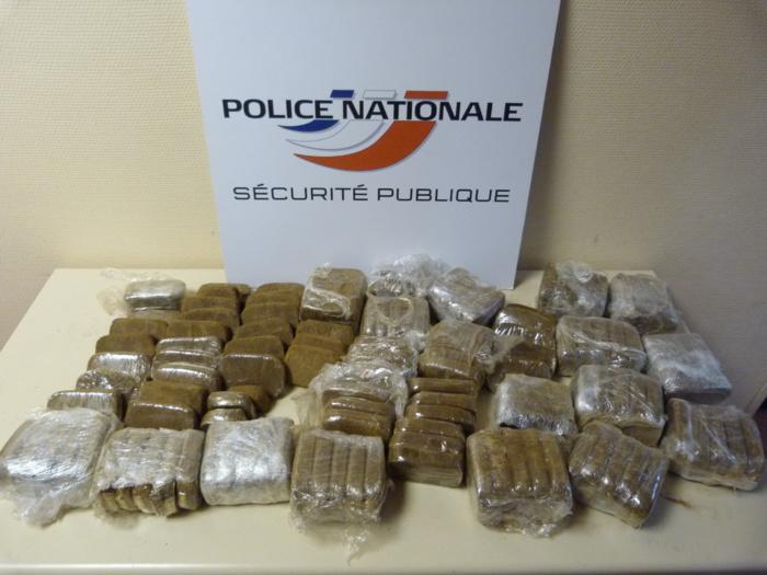 Les plaquettes de 100 grammes de résine de cannabis étaient enfermées dans un sac de sports dans l'armoire de la chambre (Photo DDSP)