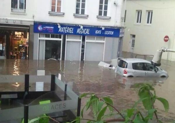 Les violentes pluies qui se sont abattues dans la soirée de vendredi 18 juillet dernier ont fait les dégâts. Ici dans une rue de Bolbec (Photo : @CyrilAnita