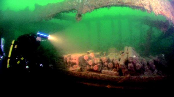 Dans l'épave qui rposait par 40 mètres de fond, les plongeurs-démineurs ont découvert 390 obus (Photo Marine nationale)