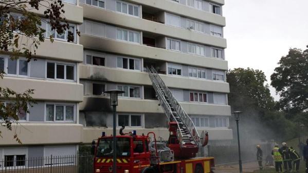 Des moyens importants ont été mobilisés par les pompiers de Poissy renforcés par ceux d'Achères (photo @Karl Olive via Twitter)