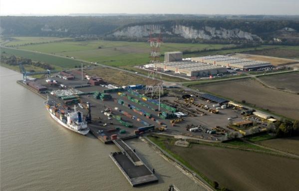 Le terminal Radicatel est implanté en bordure de la Seine, sur la zone industrielle de Port-Jérôme