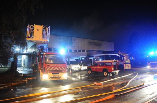 Cet incendie est une catastophe pour les Autocars Dominique, une entreprise fondée en 1971 : 9 de ses véhicules ont été détruits  (Photo Sdis78 / J. Cordeboeuf