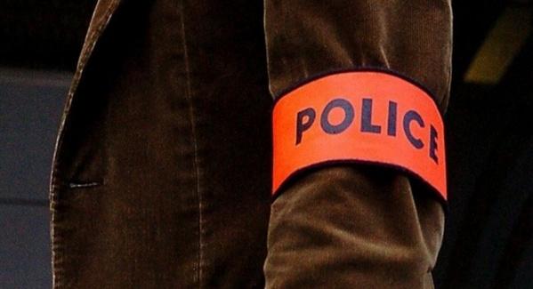 L'habit ne fait pas le moine. Les escrocs n'hésitent pas à utiliser de faux brassards de police pour gagner la confiance de leurs victimes (Photo d'illustration)