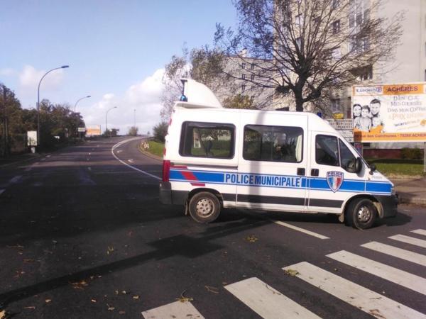 La police municipale de Poissy a mis en place une déviation le temps de l'intervention des secours (Photo @villepoissy via Twitter)