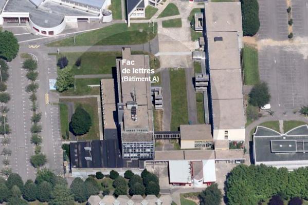 Le corps de l'étudiant a été découvert au pied de la passerelle qui relie le bâtiment A de la fac de lettres à un autre bâtiment (@infoNormandie)