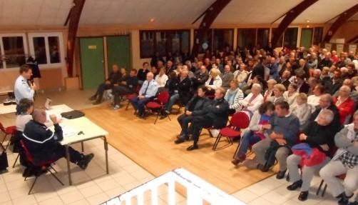 Quelque 200 habitants sont venus à la rencontre du capitaine de gendarmerie Patrick Weiss et du maire de Roumare, Josiane Lelèvre (Photo DR)