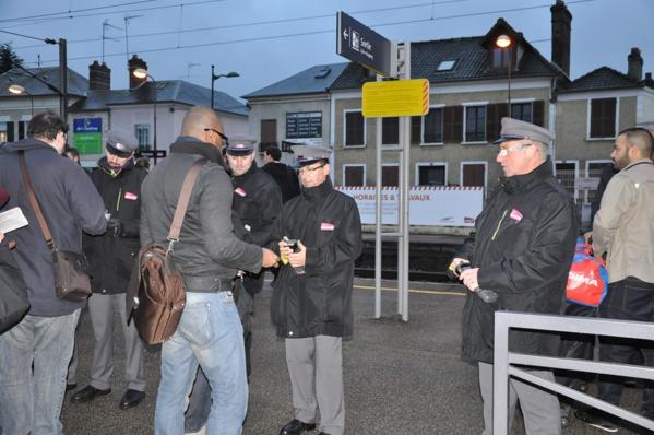Les contrôleurs étaient en nombre pour procéder à la vérification des titres de transport à l'entrée du quai de la gare (@infoNormandie)