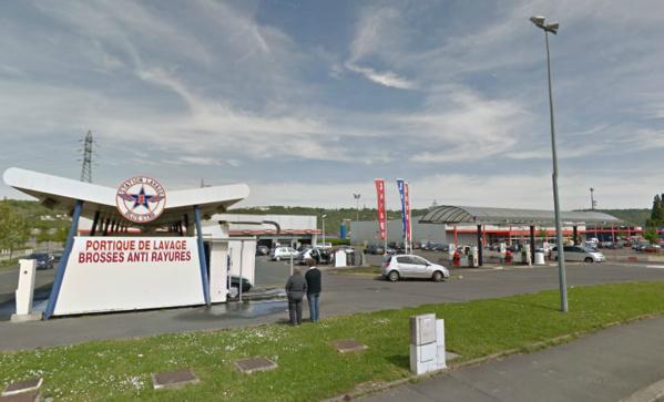 Le jeune individu a été interpellé, l'arme à la ceinture, près de la station de lavage du supermaché Intermarché (Illustration @Google Maps)