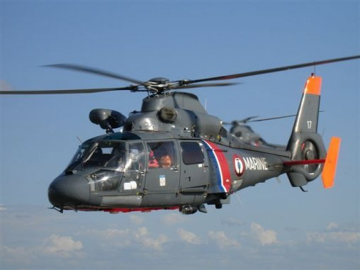 L'hélicoptère Dauphin de la Marine a hélitreuillé à son bord le plaisancier tombé à la mer (Illustration @Marine)