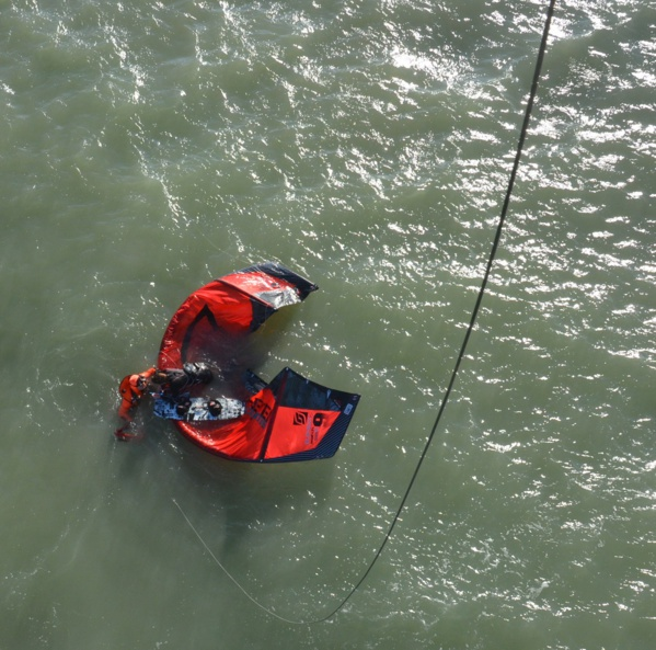Intervention de treuillage par la Marine  nationale d'une kitesurfeuse à Sainte Cécile en début d'après-midi (Photo Marine nationale)