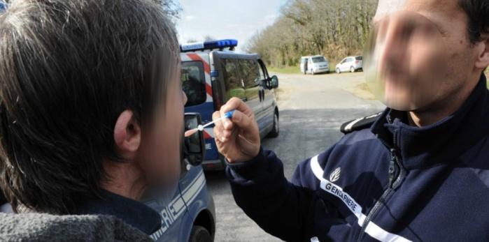 Le test salivaire permet de savoir immédiatement si le conducteur est sous l'emprise de stupéfiants (Photo d'illustration d'un dépistage)