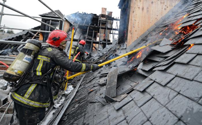 pompiers ont été engagés au plus fort de l'intervention. La toiture et les combles de la maison ont été entièrement détruites par les flammes (Photo @R.Djebiri/SDIS 78)