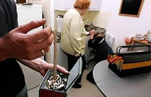 Le mode opératoire est souvent le même : l'un des individus détourne l'attention de sa victime, pendant que l'autre fouille la maison et dérobe bijoux et numéraires (Photo d'illustration)