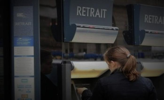 La jeune femme venait de retirer de l'argent lorsqu'elle a été frappée par un inconnu alcoolisé (Photo d'illustration)