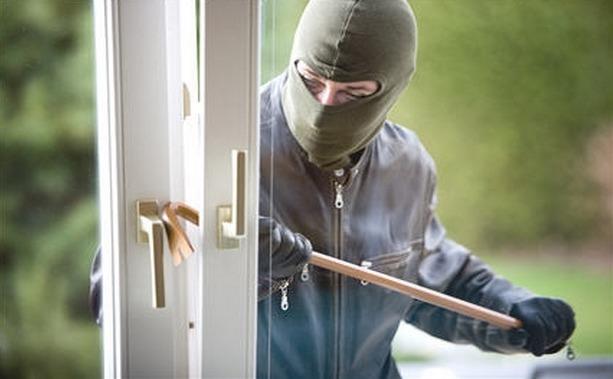 Une trace de pesée avec un pied de biche a été relevée sur une fenêtre (Photo d'illustration)