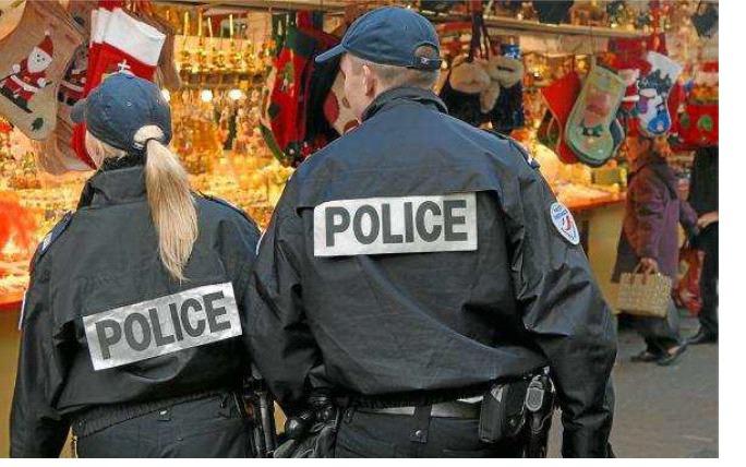 La présence de policiers aux heures d'affluence dans les rues commerçantes et les centres commerciaux est renforcée pour les fêtes (Photo d'illustration)