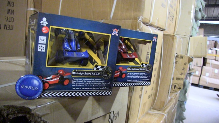 Tous les jouets saisis, comme ces voitures téléguidées, ne sont pas conformes à la réglementation française et peuvent dans certains cas s'avérer dangereuses (Photo Douane française)