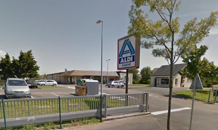 L'homme encagoulé et armé d'un couteau a été repéré en train d'attendre sur le parking du magasin Aldi Marché (Photo d'illustration)
