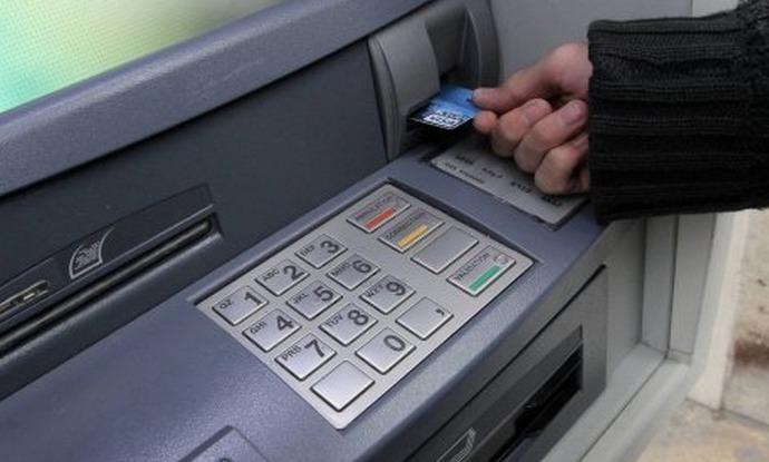 Le jeune homme a d'avord utilisé la carte bancaire dans des distibuteurs automatiques, puis s'en est servi dans quatre magasins de Louviers (Photo d'illustration)
