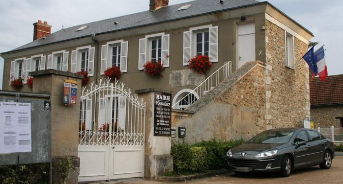 Le ou les cambrioleurs de la mairie de La Chapelle-Réanville (1150 habitants) ont fractué une porte en bois menant à la cave (Photo d'illustration)