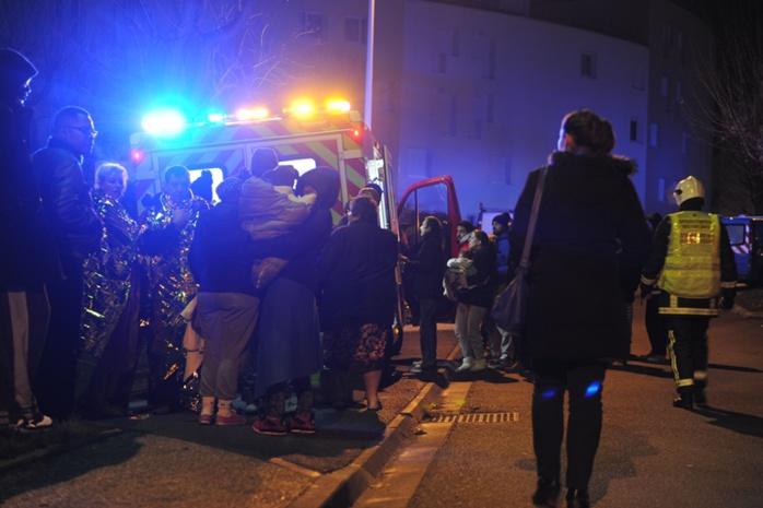 Les sapeurs-pompiers ont pris en charge les locataires évacués en pleine nuit (Photo SDIS78)