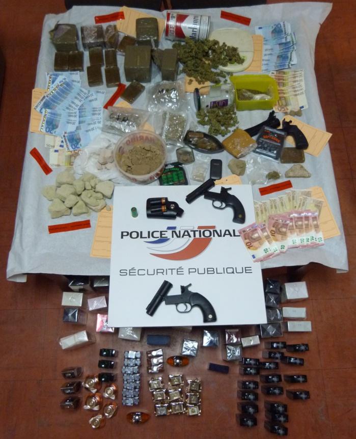En perquisitionnant l'appartement du voisin irascible, les policiers sont allés de découverte en découverte : stupéfiants, argent liquide, armes de poing ... (Photo DDSP76)