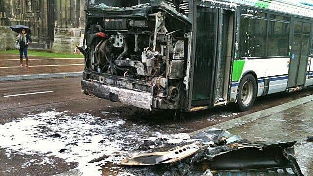 Le 4 novembre 2013, un autobus de la TCAR avait été fortement endommagé place de l'hôtel de ville à Rouen, à la suite d'un feu de moteur (Photo France 3 Haute-Niormandie)