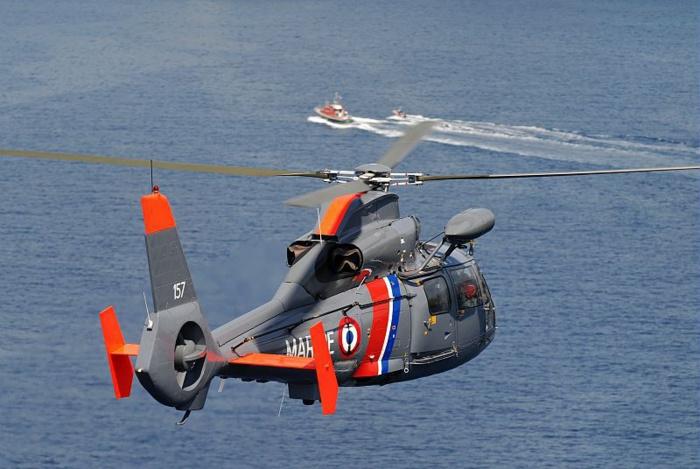 L'hélicoptère Dauphin de la Marine nationale est engagé dans les recherches (Photo Marine nationale)