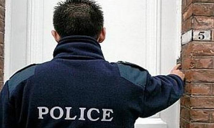 Les services de police recommandent aux personnes âgées de ne pas ouvrir leur porte à un inconnu même s'il se présente en qualité de policier. Prévenir le 17 (police-secours) en cas de doute sur les intentions du visiteur (Photo d'illustration)