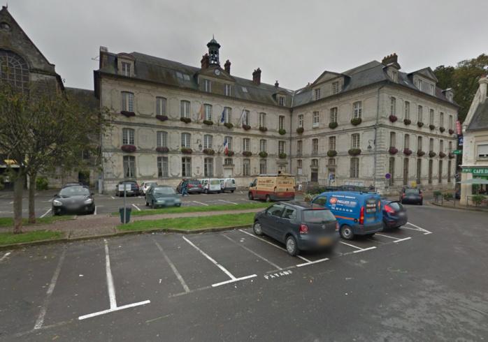 Le drapeau est en berne à la mairie de Bernay où, ce soir à 18 heures, un hommage sera rendu aux victimes de l'attentat à Charlie Hebdo et au policier Franck Brinsolaro tué par les terroristes
