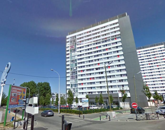 La chute de l'enfant a été amortie par la toiture en bitume d'un petit bâtiment situé au pied de l'immeuble (Photo d'illustration)