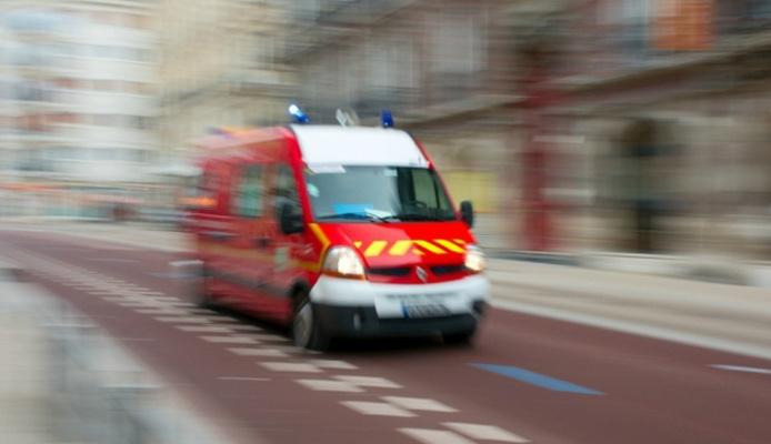 Les sapeurs-pompiers ont prodigué les soins d'urgence avant de transporter la victime, sous assistance médicale, au CHU de Rouen (Photo d'illustration)