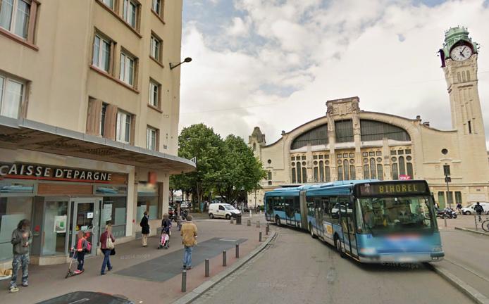 L'agression s'est produite devant l'agence de la Caisse d'Epargne (près de la gare SNCF) où le jeune homme venait de retirer de l'argent au distributeur automatique (Photo d'illustration @Google Maps)