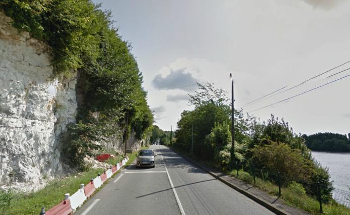 Régulièrement des pierres se détachent de la falaise qui longe la route de Rouen en bordure de la Seine (Photo d'illustration)