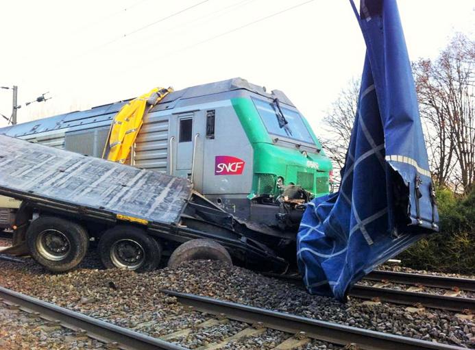 La locomotive a traîné la remorque du camion sur 200 mètres (Photo @Marguet /Twitter)