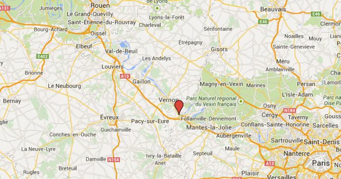 La collision s'est produite au passage à niveau situé à l'intersection de la D915 (route de Rouen) et du chemin du halage