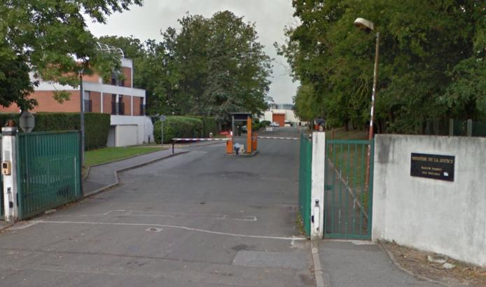 L'entrée de la maison d'arrêt de Bois-d'Arcy, rue Alexandre Turpault