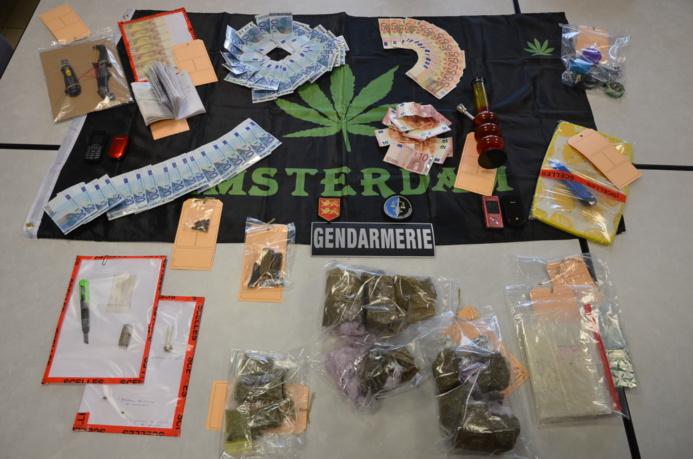 """De la résine, de l'herbe de cannabis, une importante somme d'argent ainsi qu'un livre de comptes """"bien tenu"""" ont été saisis lors de la perquisition au domicile de la tête de réseau à Sotteville-lès-Rouen (Photo : Gendarmerie nationale )"""