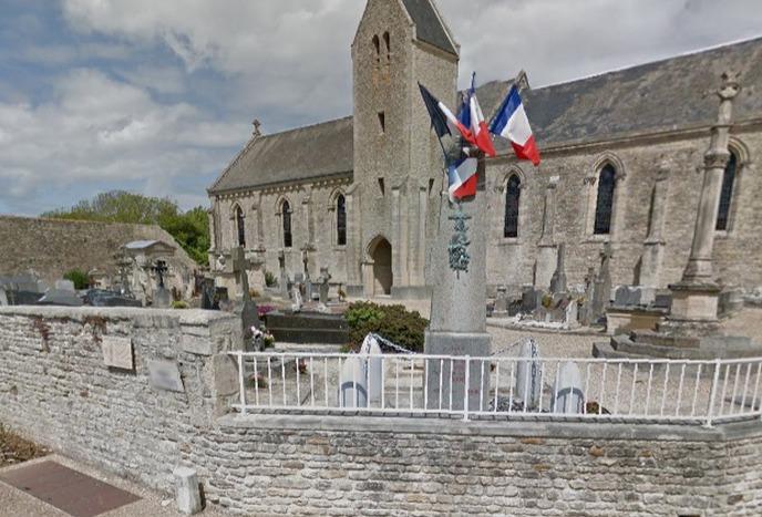 Le cimetière de Tracy-sur-Mer est adossé à l'église dans le bourg (Photo d'illustration)