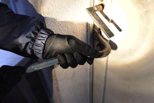 Poissy : surpris avec un démonte pneu en train de forcer la porte d'un restaurant