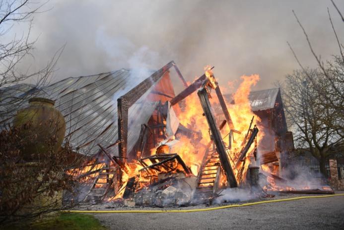 L'entrepôt de 600 m2 a été entièrement ravagé par les flammes (Photo : J.Thomas/G.Kouamé / Sdis78)